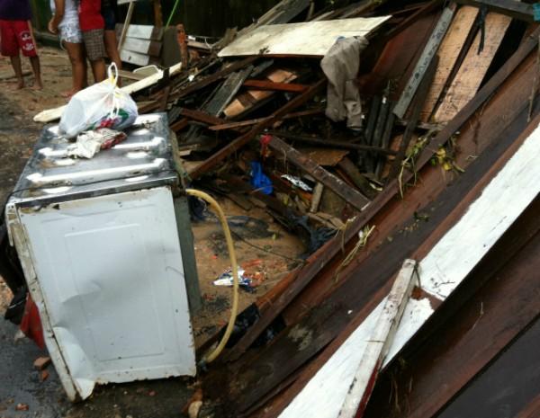 Oito pessoas estavam na casa no momento do acidente (Foto: Camila Henriques/G1 AM)