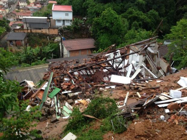 Casa desmoronou na madrugada desta terça-feira (31) (Foto: Arcanjo/Divulgação)
