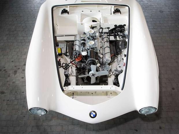 Um motor V8 foi refeito nas especificações da década de 1950 (Foto: Divulgação/BMW)