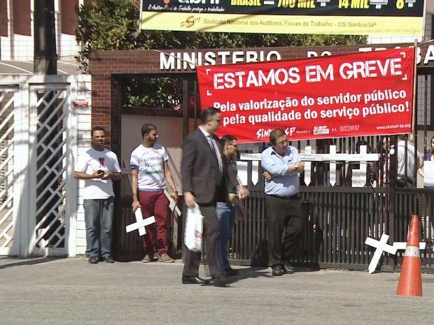 Funcionários do Ministério do Trabalho entram em greve em Santos (Foto: Reprodução/TV Tribuna)