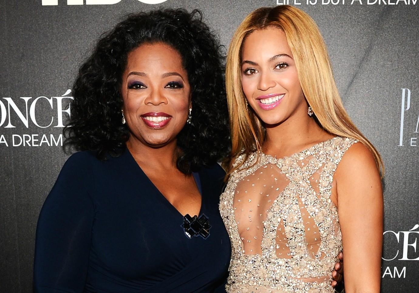 Oprah Winfrey (à esq.) e Beyoncé em fevereiro de 2013. (Foto: Getty Images)