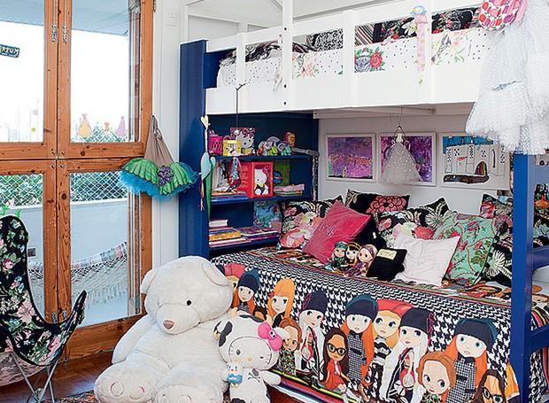 A estilista Adriana Barra deu dupla função ao beliche de sua filha Amelie. Em cima, fica a cama, com marcenaria que imita uma casinha. Em baixo, é um sofá de leitura, com prateleiras para livros e brinquedos. (Foto: Lufe Gomes)