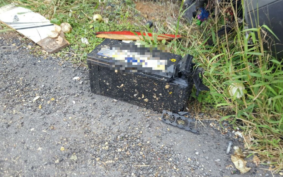 Bateria de um dos veículos se soltou com o impacto da batida em rodovia  (Foto: Guilherme Maciel/Blog do Braga)
