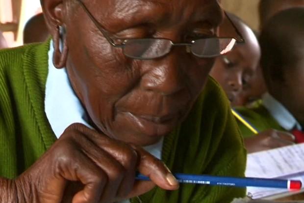 Priscilla Sitienei, de 90 anos, cursa a escola primária com bisnetos (Foto: BBC)