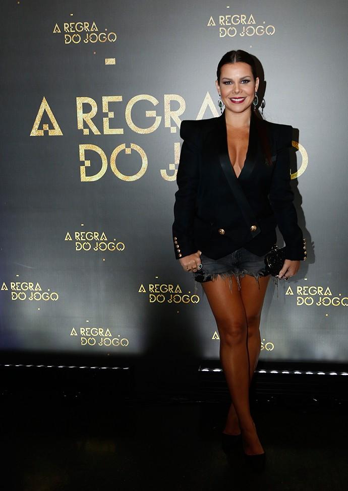 Fernanda Souza faz o estilo hi-low com short jeans e blazer arrasador (Foto: Raphael Dias/TV Globo)