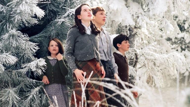 O quarteto Pevensie chegando em Nárnia no filme 'As Crônicas de Nárnia', de 2005 (Foto: Divulgação)