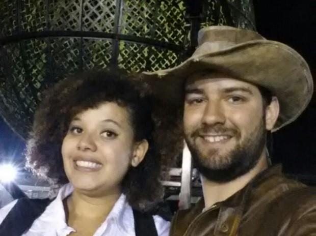 A estudante Raquel Angel dos Santos Costa e o namorado, Paulo Cesar Gomes Leite, em frente ao globo da morte em Brasília (Foto: Paulo Cesar Gomes Leite/Arquivo Pessoal)