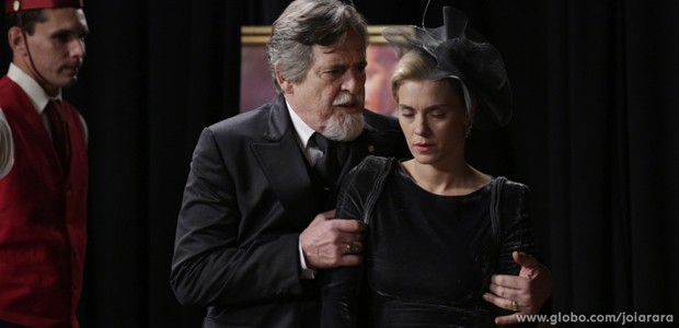 Iolanda vê Mundo e Dália juntos no cinema e desmaia (Foto: Ellen Soares/TV Globo)