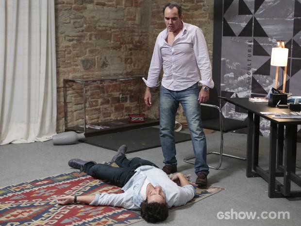 No fim, Virgílio deixa Laerte jogado no chão (Foto: Felipe Monteiro/TV Globo)