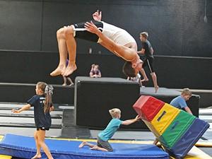 Crianças e adolescentes treinam em ginásio de Orem, Utah  (Foto: Rick Bowmer/AP)