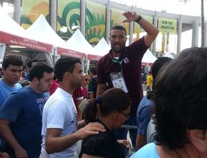 voluntário fila maracanã (Foto: Eduardo Peixoto)