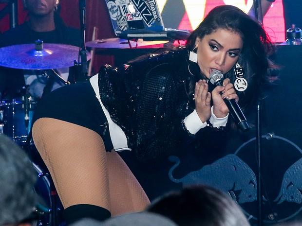 a2a20a006 EGO - Anitta usa short curtinho para cantar em boate em São Paulo ...