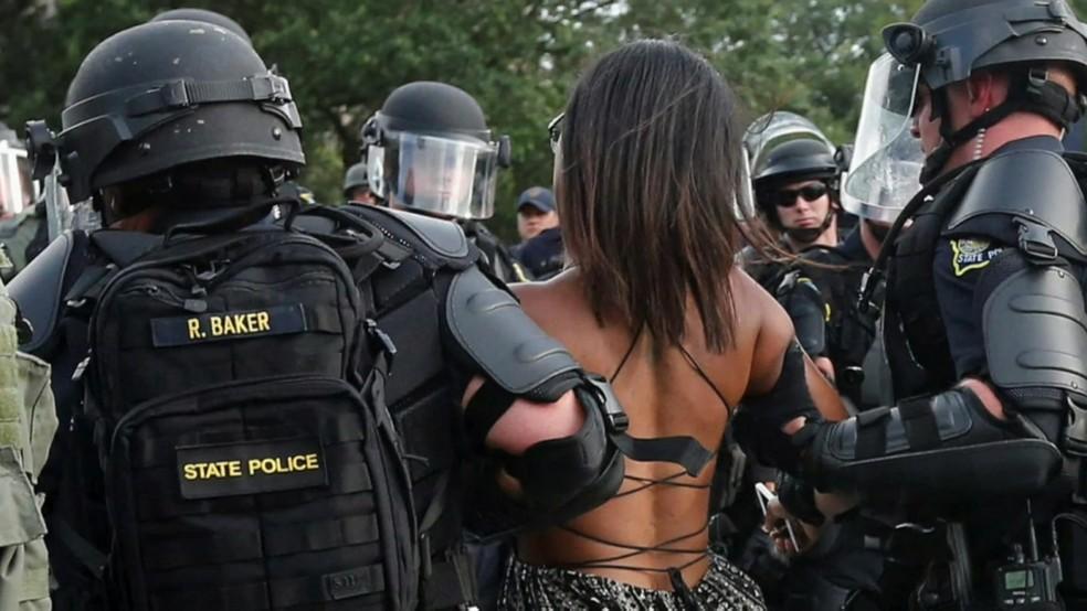 Ela foi detida pelos policiais e levada à delegacia.  (Foto: BBC)