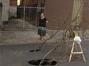 Dois buracos estão na porta da garagem de Iolanda (Foto: Reprodução/TV Integração)