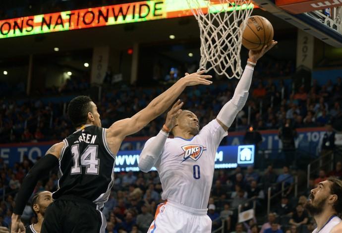 Russell Westbrook brilhou novamente na vitória do Oklahoma City Thunder contra o San Antonio Spurs (Foto: Reuters/Mark D. Smith-USA TODAY Sports)