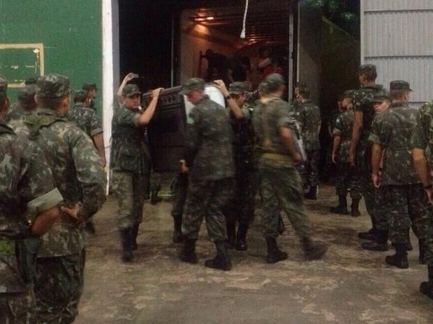Exército começou a carregar os caminhões na manhã desta quarta (Foto: Júnior Recalcati/Divulgação)