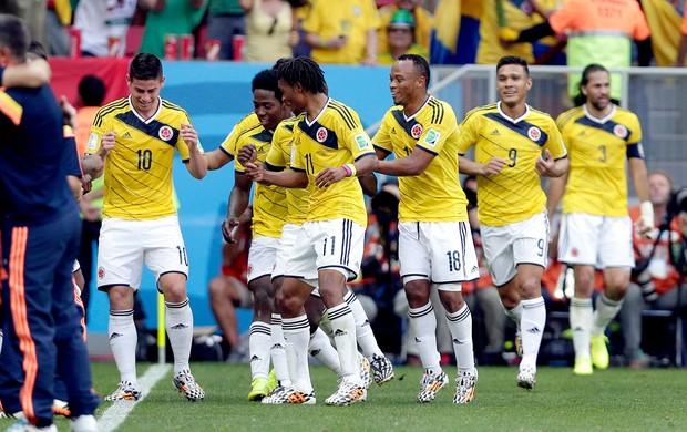 James Rodrigues comemorando com Jogadores - Colômbia x Costa do Marfim (Foto: AP)