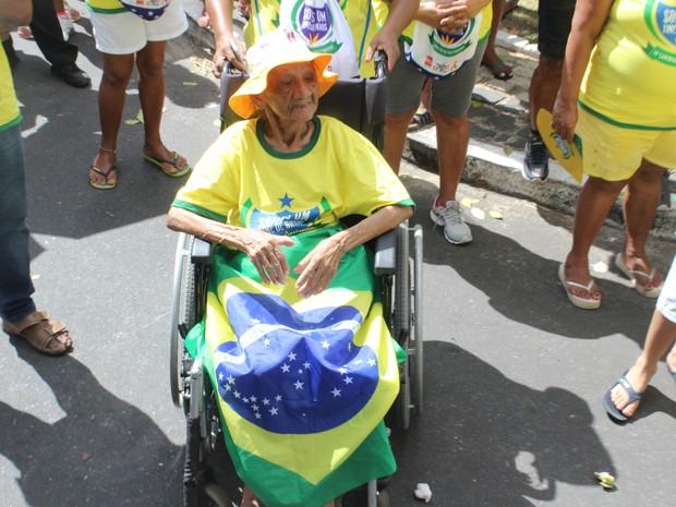 Maria das Graças, 98 anos, afirma que não perde uma Caminhada da Fraternidade  (Foto: Gilcilene Araújo/G1)