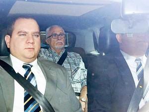 No banco de trás do carro, o ex-deputado José Genoino deixa o prédio de Varas de Execuções Penais de Brasília, após receber a progressão de sua pena para a de regime aberto  (Foto: Alan Marques / Folhapress)