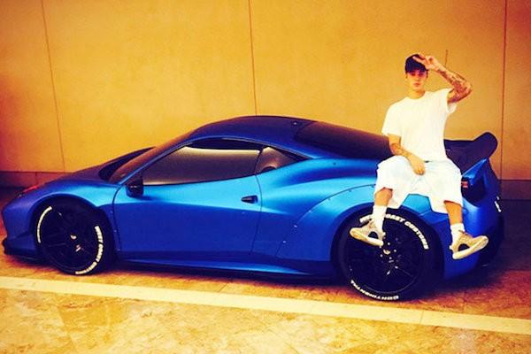 O cantor Justin Bieber e sua Ferrari azul (Foto: Twitter)