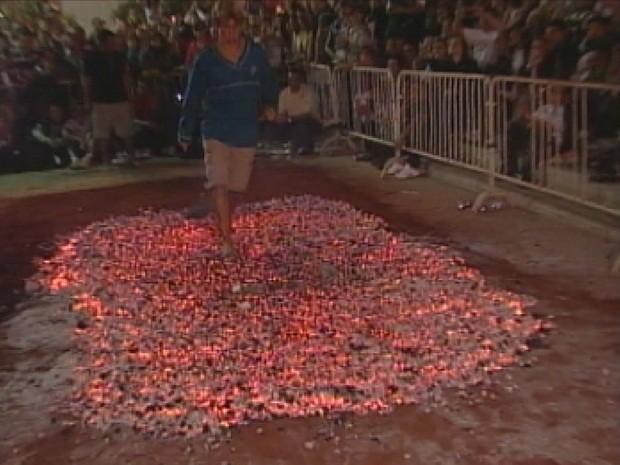 Passagem da fogueira é realizada na virada de 23 para 24 de junho, dia de São João (Foto: Reprodução/TV Tem)