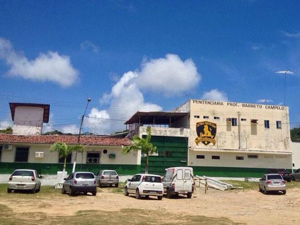Apesar da fuga, não há movimentação de policiais no lado de fora da penitenciária (Foto: Kety Marinho / TV Globo)