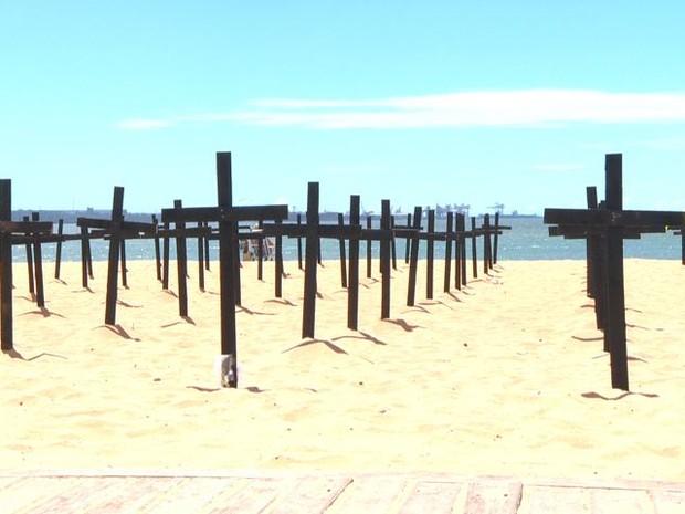 Militares fincam cruzes em praia do Espírito Santo contra aumento de homicídios (Foto: Reprodução/TV Gazeta)