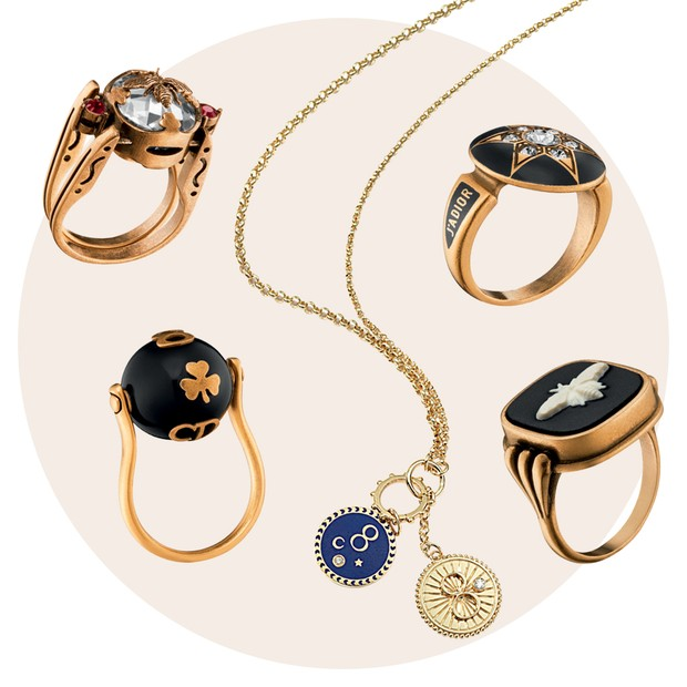 Colar Foundrae US$ 4.400 e anéis Dior a partir de R$ 1.300 (Foto: Tom Munro/Reprodução Vogue Itália P. 108 e Divulgação)