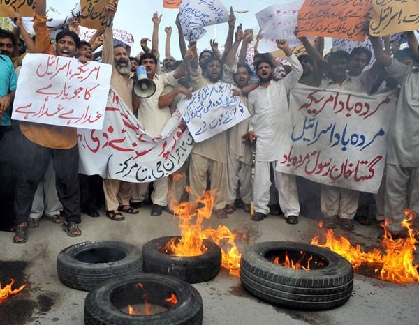 Muçulmanos no Paquistão grutam slogans anti-EUA em proteste neste sábado (15) contra filme anti-islã. (Foto: Aamir Qureshi/AFP)