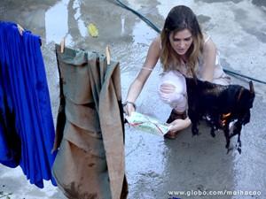 Sofia vê roupas destruídas e fica irada (Foto: Ellen Soares / Malhação)