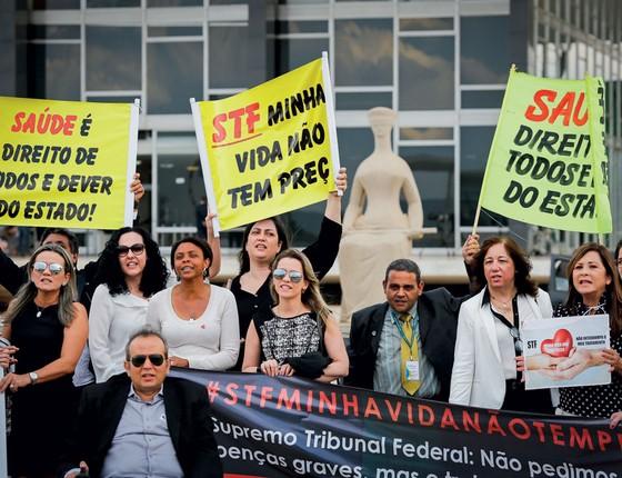 Pacientes e familiares numa manifestação em frente ao STF.Eles querem garantir o acesso a tratamentos de alto custo pelo SUS,mesmo sem registro na Anvisa (Foto: Sérgio Lima/ÉPOCA)
