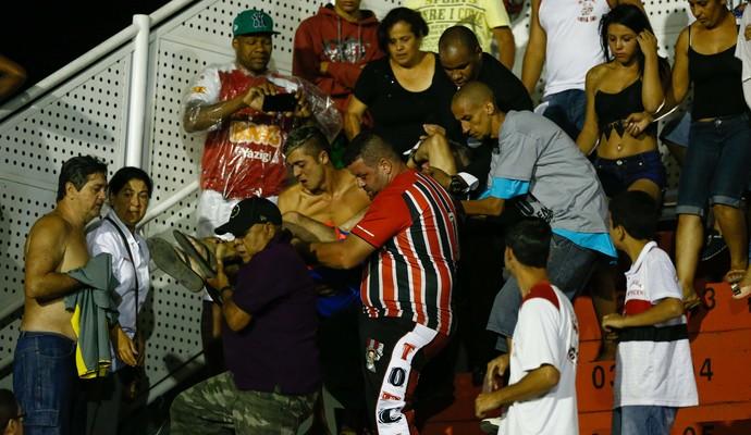 Torcedor passa mal durante tumulto em meio à torcida do São Paulo na partida contra o Rondonópolis (Foto: Marcello Zambrana / Agif / Estadão Conteúdo)