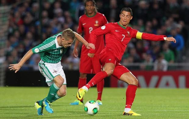 Steven Davis e Cristiano Ronaldo Irlanda do Norte x Portugal (Foto: AFP)