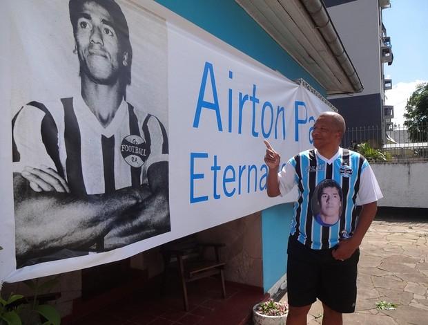 Filho de Airton Pavilhão com faixa em homenagem ao pai (Foto: Gabriel Cardoso / GLOBOESPORTE.COM)