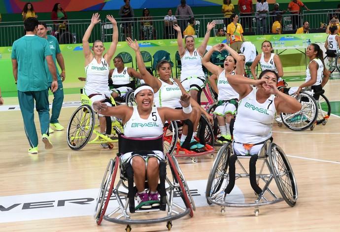 Descrição da imagem: seleção feminina de basquete comemora a vitória saudando a torcida (Foto: André Durão)