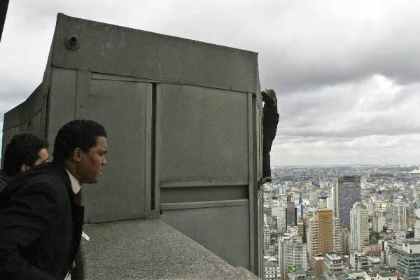 Seguranças esperam 'homem-aranha' no alto do Edifício Itália, em 2008 (Foto: Reuters/Reuters)