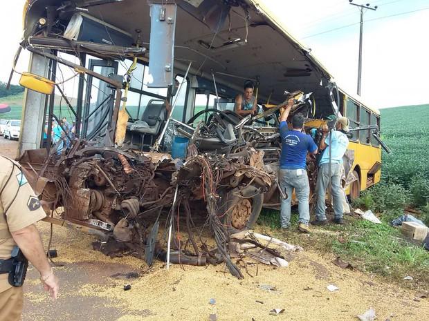 Um dos ônibus ficou totalmente destruído (Foto: Gesli Franco / RPC )