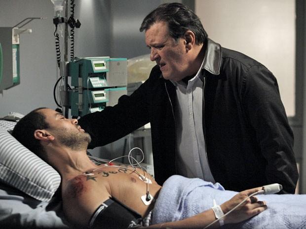 Dimas fica chocado com a revelação feita por Fernando (Foto: Amor Eterno Amor/TV Globo)