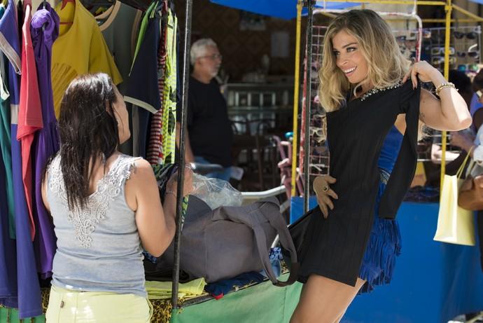 Luciane comercializa vestidos de novela (Foto: Cesar Alves/TV Globo)