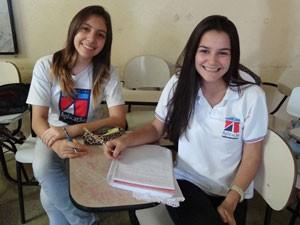 Carolina Aguiar  e Larissa Wanderley são alunas do Colégio de Aplicação da UFPE, maior Ideb do país no 9º ano (Foto: Katherine Coutinho / G1)