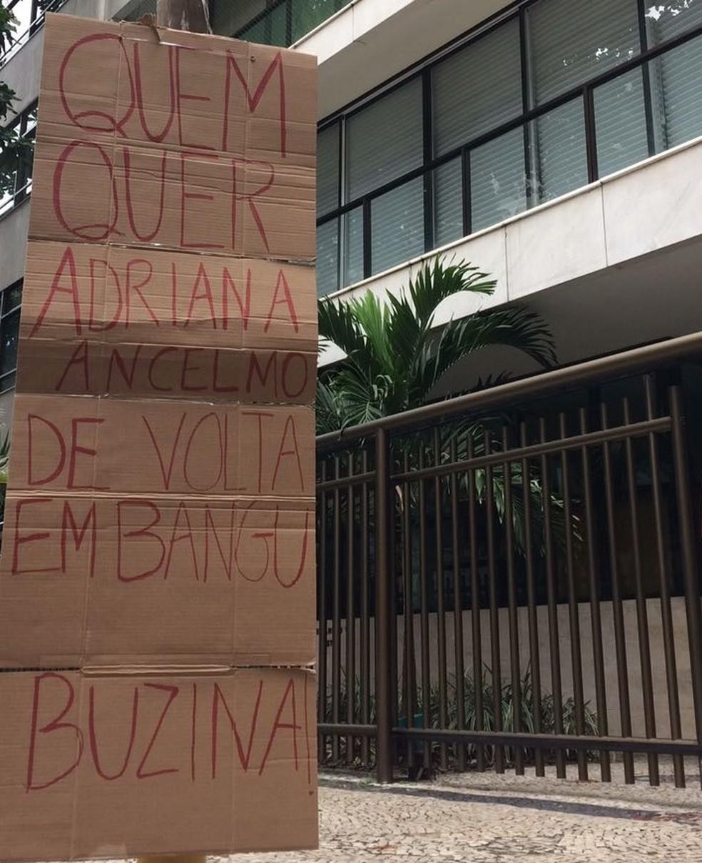 Cartaz pede que motoristas buzinem na porta do prédio caso sejam contra a presença de Adriana Ancelmo no bairro (Foto: Raquel Honorato/ TV Globo)