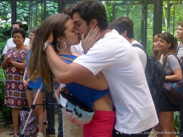 Bruno e Fatinha são os primeiros a beijarem na ação (Foto: Malhação/ TV Globo)