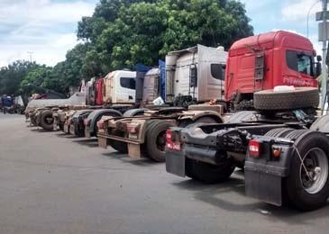 Caminhões concentrados em frente ao Estádio Nacional Mané Garrincha  (Foto: Isabella Calzolari/G1)