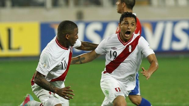 Farfán e Yotun, seleção do Peru - AP (Foto: AP)