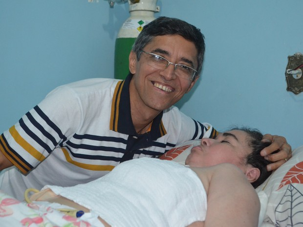 Adílio Bezerra sorri ao lado da esposa Gláucia; 'Sei que ela vai voltar para mim um dia', diz (Foto: Emily Costa/ G1 RR)