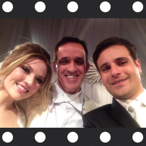 Reverendo ALdo Quintão faz selfie com Vesgo e Gabi Baptista no altar (Foto: Reprodução)