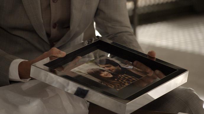 Antonio abre o presente e mostra ao amigo (Foto: TV Globo)