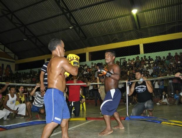 Mesmo machucado, Nó de Pau continuou a luta de anões com Sucuri do Macauã no interior do Acre (Foto: Divulgação)
