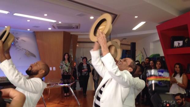 Carlinhos de Jesus e os bailarinos na coletiva de imprensa (Foto: Carolina Caldas / Gshow)