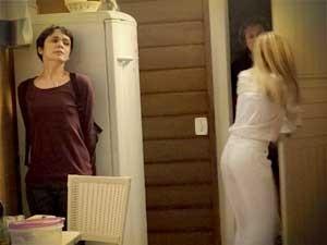Carminha quase pega Nina com Max (Foto: Avenida Brasil / TV Globo)